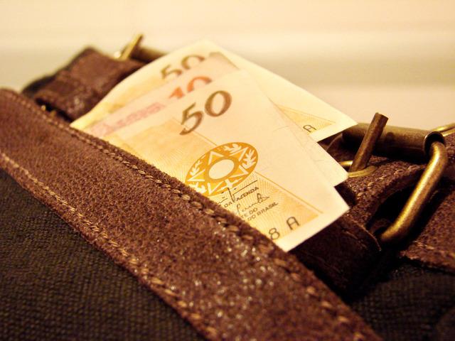 peníze zastrčené v kapse od kalhot